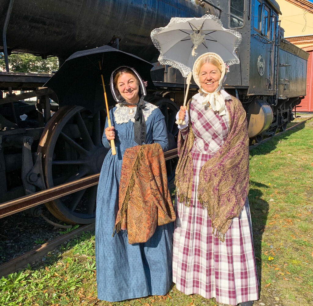 Två kvinnor i 1800-talskläder